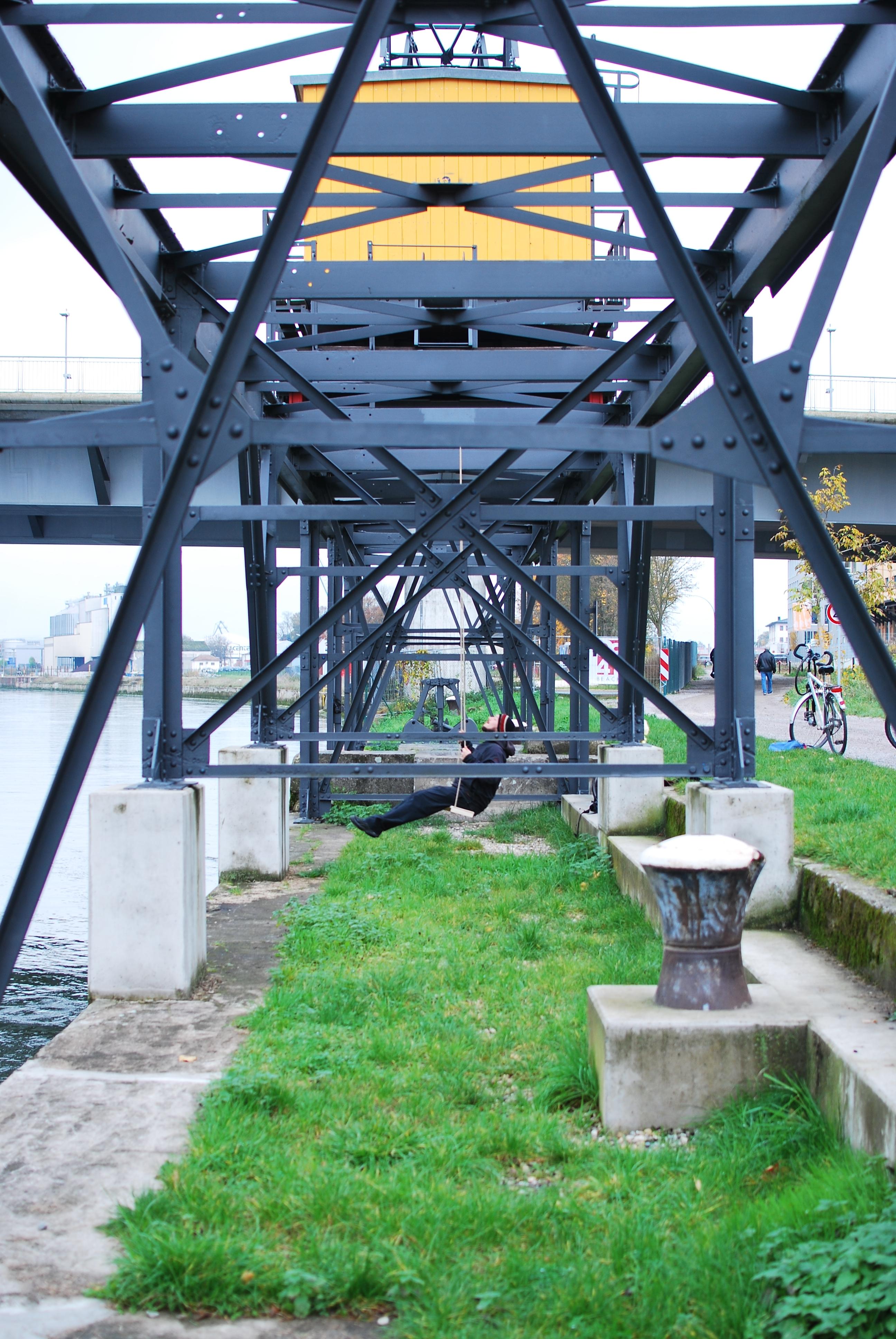 """Schaukelvorrichtung am Industriedenkmal """"Donaulände"""" in Regensburg"""